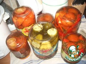 Ну и сам результат. Через 4-5 дней всё готово - помидоры, ассорти с огурцами, с болгарским перцем и т. д.