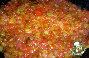 The vegetables in the pan add pepper, fry