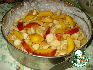 Put the first dough in the apples, then peaches (or other favorite fruit) and sprinkle with mixture of vanilla sugar. To cover all the fruit with the remainder of the test.