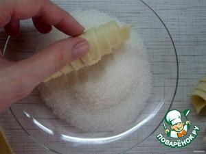 Готовый рогалик обмакиваем одной стороной в сахар или смесь сахара с корицей