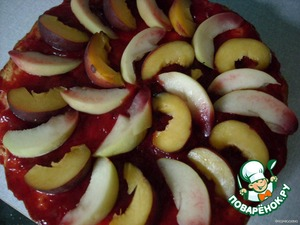 Peaches cut into wedges and spread in a circle on a greased the cake and pour the jelly (I was flooded with parts, so it was more dense and high), put in the refrigerator.  A pleasant tea.