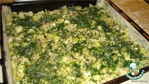 Затем выкладываем начинку, можно добавить сыр, очень хорошо сочетается солёный - брынза, фета.    Я добавила ещё петрушку и укроп нарезанные.