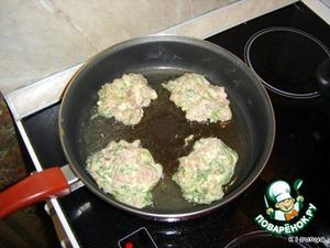 Полученную массу выкладывать на разогретую сковороду большой ложкой и жарить с одной стороны...