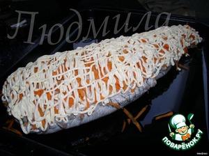 Выложить нашу рыбку на смазанный маслом противень, посыпать сверху морковкой (потереть на крупную терку) и полить немного майонезом. Я запекала в духовке при 180 гр где-то час.