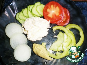 Tomatoes and cucumbers cut into rings. Dip onion in hot and then in cold water, and cut into rings. The pepper half rings. Cheese with garlic, grate on a grater and mayonnaise.