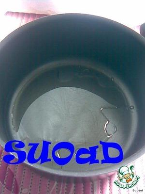 Налить в кастрюльку раст. масло (я использовала оливковое - 3ст. л.), разогреть.
