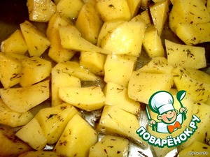 Cut the potatoes into cubes, put in a heatproof dish, add the olive oil, salt, pepper, thyme, mix well with your hands, and send in the oven to bake until done. Temperature 200 gr. 30 minutes.