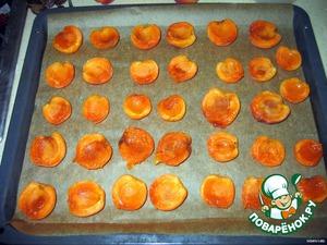 2. Готовим крем:   А. абрикосы помыть, разломать пополам, вынуть косточки. Застелить противень бумагой для выпекания, положить на нее абрикосы, запекать в разогретой до 200С духовке 8 минут.
