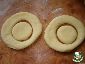 With the second filling did the dough roll out not very thin and cut out circles with a glass. Inside each cut circles of a smaller size.