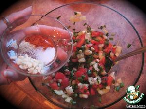 Овощи и зелень смешать и добавить меленько порезанный чеснок, соль по вкусу, молотый чили и белый перец (по желанию). Еще раз перемешать.