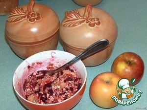 Марципан нарезать мелко, смешать с вареньем, ягодами, овсянкой и орехами.