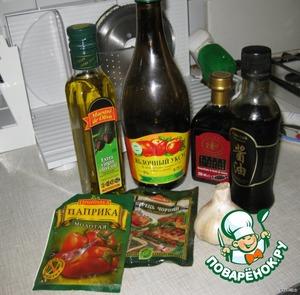 Утречком перед пикником в поллитровой банке приготовим маринад. Смешаем оливковое масло, яблочный и бальзамический уксус. Еще обязательно надо запастись приспособлением для маринования, «маринатором» - большим полиэтиленовым пакетом без дырочек! :) На фотографии - продукты для маринада и не только:)