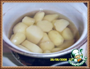 From potatoes to cook mashed potatoes,but not very liquid.Did 2 potato dishes,  1st knese[url]https://www.povarenok.ru/recipes/show/29234/[/url],and therefore one and the same picture)