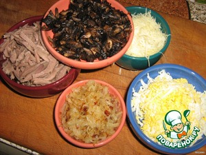 Обжарить отдельно лук и грибы, остудить   На средней тёрке натереть яйца и сыр   Языки нарезать тоненькими брусочками