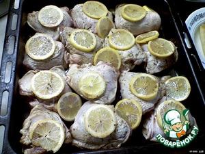 Залить маринадом курицу с лимоном (почти полностью).