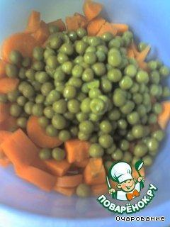 Морковь очистить, нарезать кубиками, добавить горошек.