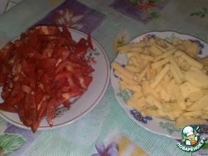 Tomatoes and cheese cut into long strips. With tomatoes drain excess liquid.