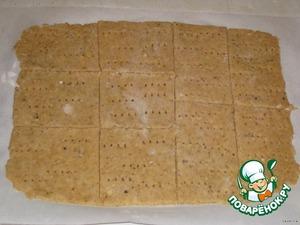 Тесто тонко раскатать (раскатывать сразу на пергаментной бумаге, на ней же и резать), разрезать на прямоугольники, квадраты или треугольники, а также можно вырезать желаемые фигурки. Выложить на противень, чуть-чуть сбрызнуть водой, по желанию, посыпать ароматными травками и выпекать до золотистого цвета, при 180-200 градусах 10-15 минут, смотрите, чтобы не подгорели.