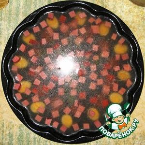 На первый застывший слой выложить порезанную кубиками ветчину и залить снова бульоном. Поставить в холодильник.