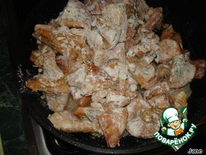 Затем грибы добавить к жареному луку, посолить по вкусу.