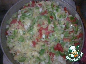 Until the quail are cooked, at this time, chop the vegetables (zucchini, cabbage, onions, tomatoes, bell peppers)and simmer everything on medium heat.