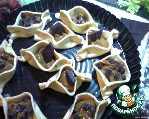 внутрь положила по чайной ложке сгущенки и украсила кусочками шоколада