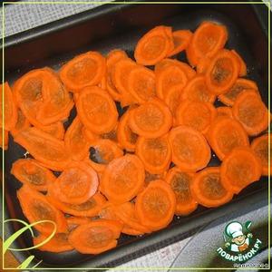 Морковь нарезать тонкими пластиками, уложить на дно формы, смазанной маслом