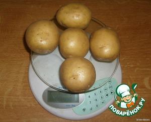 Для начала приготовим полкило картофеля. Это, примерно, 5 штук картофелин среднего размера.