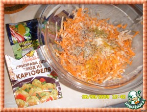 Add spices to the grated vegetables.