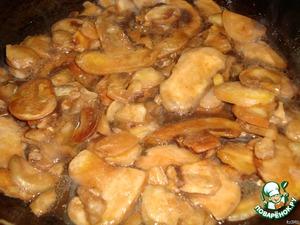 Обжарить на растительном масле грибы.