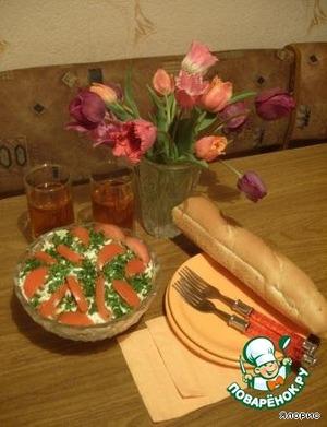 Украшаем салат ломтиками помидора и подаем его к столу.    Вкусно, сытно и витаминно!
