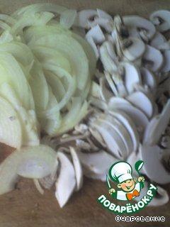 Лук и грибы нарезать соломкой, и добавить к курице.