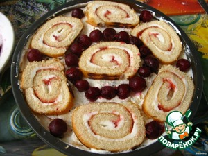 A final layer of rolls. Between the pieces of the rolls to lay the berries.