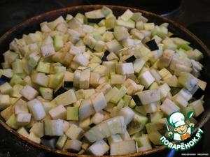 Порезанные баклажаны и кабачки обжарить на раст. масле и слегка подсолить и поперчить.