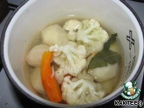 Итак, филе режем на порционные кусочки. Солим, перчим, добавляем приправы для рыбы и сбрызгиваем лимонным соком. Ставим в сторону, пусть маринуется. Картофель чистим, морковку тоже. В кастрюльку наливаем воды, солим, складываем туда овощи (я еще лавровый листок кинула). Ждем пока закипит и варим минут 10. Я решила овощи отварить, так как боялась, что рыба приготовится быстрее, чем овощи.