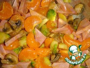 Перемешать все ингредиенты салата, добавить заправку, процедив ее через ситечко от лишней мякоти. Хорошо перемешать и поставить на несколько часов в холодильник настаиваться.