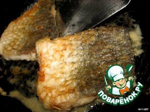 На раскаленной сковороде обжариваем до золотистого цвета с двух сторон на среднем огне.   Минут по 5-7 не больше.Это главное преимущество такой нарезки, рыбка готовится очень быстро.