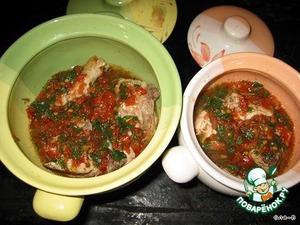 Курицу порезать на маленькие кусочки. Картошку порезать не очень крупной соломкой, лук порезать мелко, помидоры потереть на терку.   В неглубокой сковороде обжарить лук - до прозрачности, добавить протертые помидоры, зелень, соль, перец, чеснок через пресс, довести соус до кипения, выключить огонь.   Отдельно, на другой сковороде, обжарить курицу с 2-х сторон, переложить на тарелку, на этой же сковороде обжарить, немного, картошку.   На дно горшочка налить немного соуса, выложить курицу, оставив место для картошки, влить соуса так, чтобы чуть прикрыть мясо, или до половины, добавить лавровый лист.