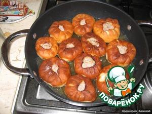 Жарим на раскаленном растительном масле (после третьей жарки масло сливаем, сковороду протираем бумажным полотенцем, так как перекаленное масло - основная причина отравлений!)