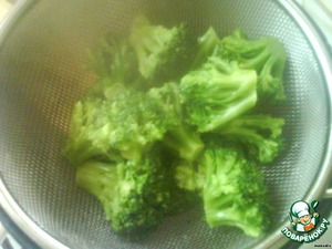 Broccoli disassemble on inflorescences. Boil in salted water for 2-3 minutes. Drain in a sieve. Rinse with cold water. Leave 400 ml of broth for sauce.