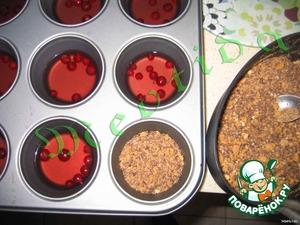 разлить вишневую массу по формочкам для маффинов, положить красную смородинку. убрать в холодильник на 40 минут, до полного застывания.  измельчить печенье и натереть шоколад, мешать печенье с шоколадом и разложить слоем поверх вишневого желе