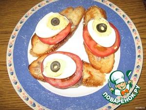 Яйцо разрезать вдоль. Желток подавить вилкой, смешать с соусом и наполнить им половинки белков. В центр положить икру. Я заменила ее маслинкой.