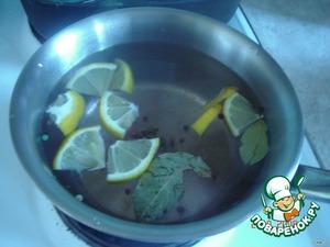 Сварить рассол: соль + сахар + перец.   В кипящий рассол добавить ломтики лимона и лавровый лист.