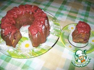 В это время я варила варенье из клубники и земляники и верх кексика я полила закипяченой перемолотой ягодой (сахар еще не успела добавить просто :-) )