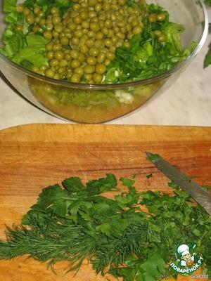 Листья салата, лук и зелень измельчить.   Соединить с редькой и морковкой.   Добавить зеленого горошка
