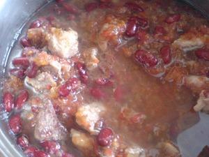 Мясо переложить в кастрюлю. Добавить томат, ткемали, фасоль, соль и перец. Дать закипеть.