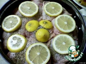 Выложить в кастрюле слой лимонов, слой курицы, слой лимонов, слой курицы и т.д.