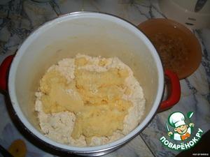 Подготовленную творожную массу выложи в деревянную пасхальную форму, в которую положена марлечка, поставь форму на блюдце, массу закрой концами марли и поставь сверху гнет. Форму оставь на 3 часа в теплом помещении, а потом переставь в холодильник. Готовую пасху выложи на блюдо и укрась сахарными цветами.