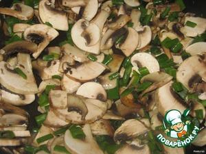 После этого мясо переложить, а на сковороде обжарить нарезанные шампиньоны и зелёный лук.
