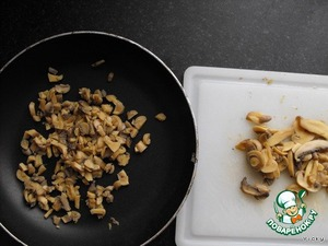 Cut mushrooms and put into a pan, evaporate the water, to fry.